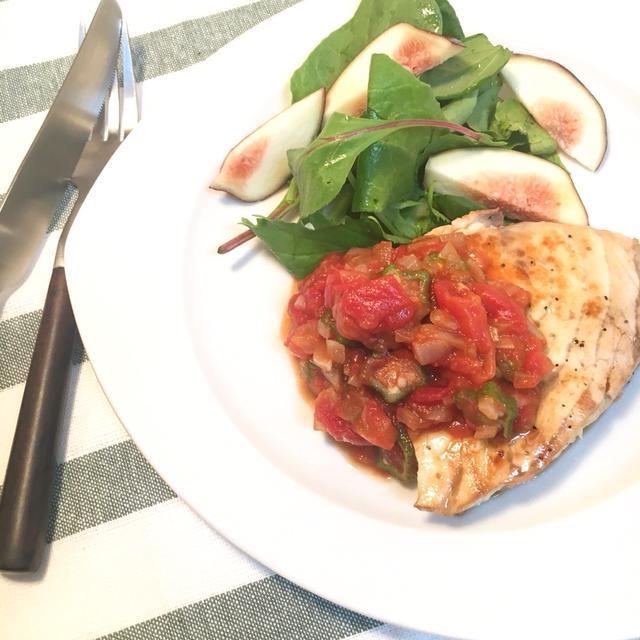 白の皿に盛られたメカジキのトマトソース