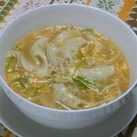 追いがつおつゆで簡単!やさしい和風味がホッとする、とろとろ熱々水餃子のスープ。