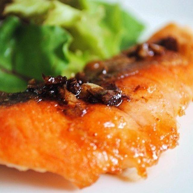 にんにくとバターの風味、バルサミコの酸味が絶妙!カリッとふんわり♪鮭のムニエル バルサミコソース