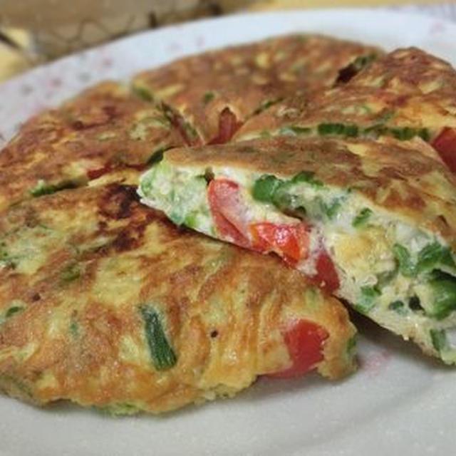 野菜たっぷり♪ オクラとプチトマトのチーズオムレツ