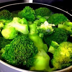 【衝撃】ブロッコリーの栄養分はゆでるだけでこれだけ損失される