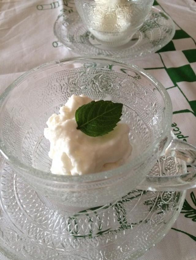 ガラスの器に入ったココナッツミルクのアイス