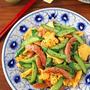 簡単お弁当おかず♪半熟卵とソーセージの中華風塩揉みきゅうり炒め