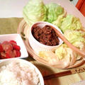晩ごはん:合挽き肉のレタス包みとプチトマトのゴマだれがけ。