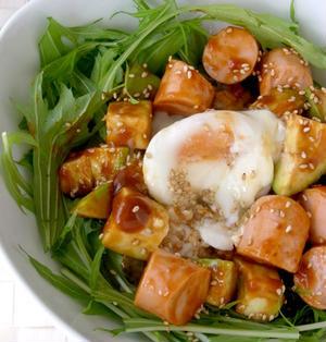 魚肉ソーセージとアボカドのユッケ丼風