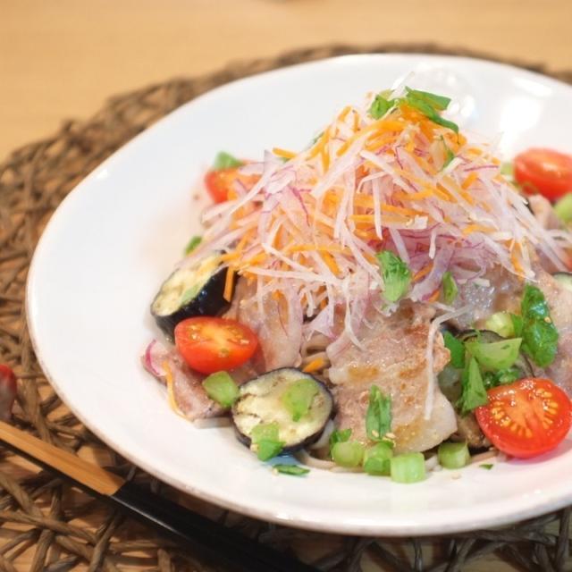 白いお皿にのった豚バラなすのそばサラダ
