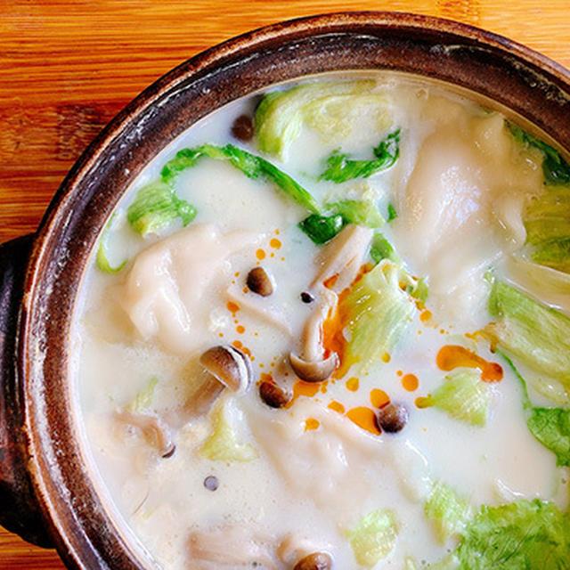 ラー油でピリリ、餃子とレタスの豆乳鍋