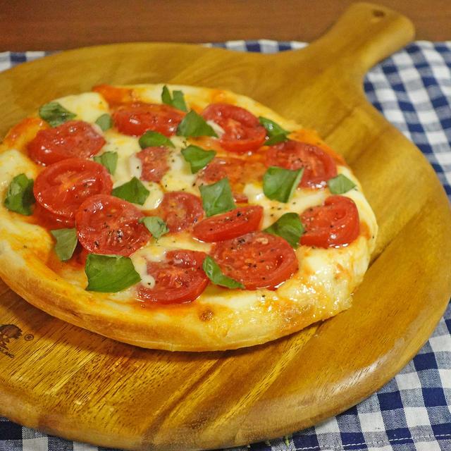 フレッシュトマトとモッツァレラのとろとろピザ