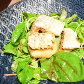 真鯛のうろこ揚げ、サラダ仕立て。和食のおつまみを白ワインに合う味にアレンジ。
