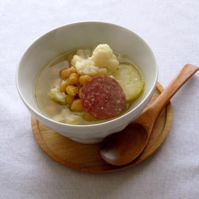 カリフラワーとサラミのスープ