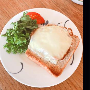 目玉焼きチーズトースト