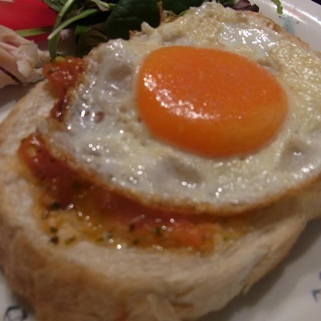燻製風味の目玉焼きとパセリたっぷりトマトソテーをのっけたガーリックトースト♪
