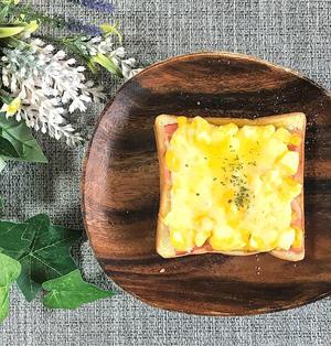 朝食にピッタリ!ベーコンと卵マヨのチーズトースト