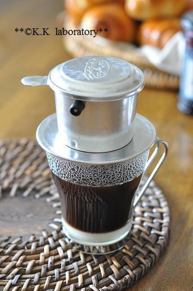 銀色の専用器具をカップの上に被せたベトナムコーヒー