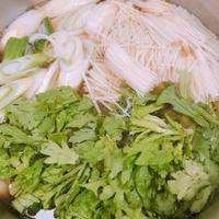 エバラ「なべしゃぶ」牛だしつゆを使って、スライス野菜と豚肉のしゃぶしゃぶ
