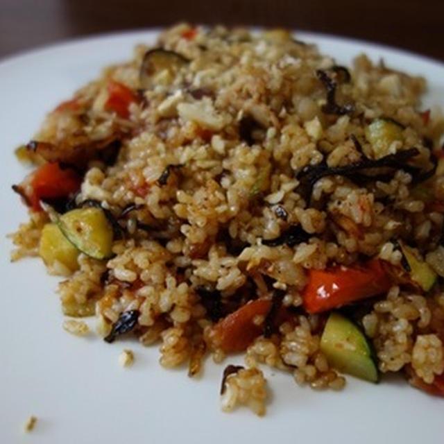 【簡単トマトレシピ】塩昆布トマトの玄米チャーハン