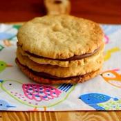 チョコをサンドしたアーモンドクッキー