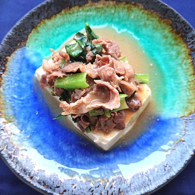 レンチン豆腐に小松菜と豚肉のせ、自家製ごまダレかけ