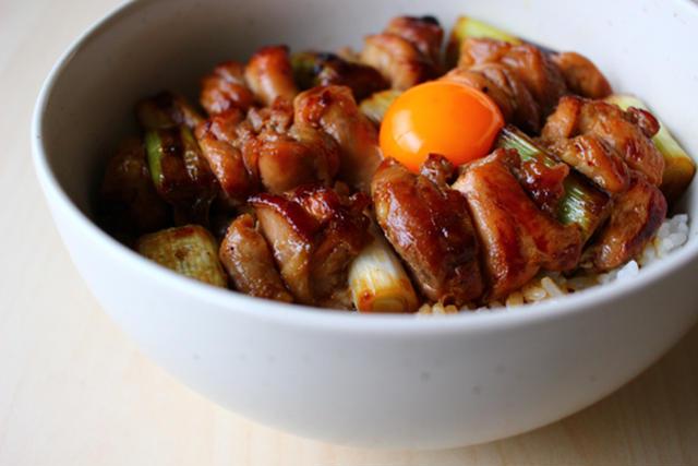 6. 卵のっけ焼き鳥丼