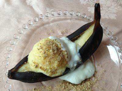 焼きバナナとマンゴーのアイスクリーム きな粉を添えて