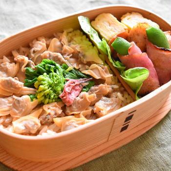 あさりの炊き込みご飯。あさりの煮汁と油揚げで炊いたうまみたっぷりご飯。
