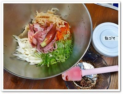 ポチめし♪ 鶏胸肉のステーキガパオソース、スモークさんまのタルティーヌ、きゅうりのディル漬け、イノシシカシスソーセージと夏野菜、チリコンカルネ、チーズちぢみ、その他~。