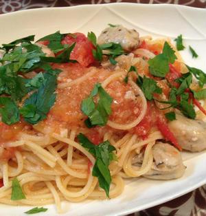 「トマトと牡蠣のオイルパスタ」でボジョレーを。
