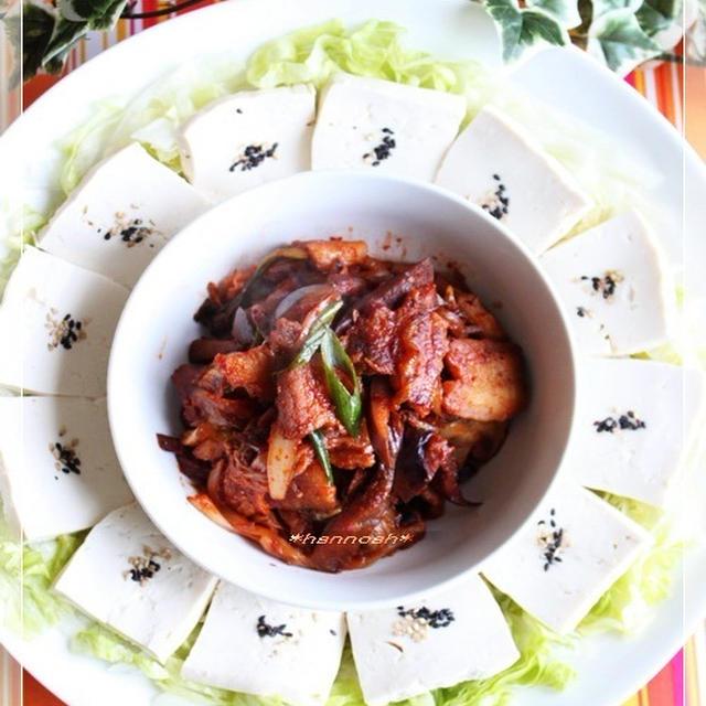 カリカリ豚のキムチ炒め**豆腐添え