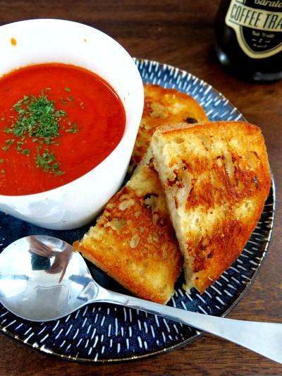 トマトのスープとグリルサンドイッチ