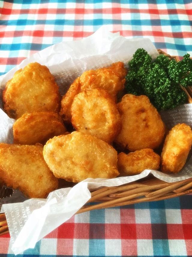 鶏胸肉、小麦粉、ベーキングパウダーなどを混ぜ、油で揚げたマックのようなナゲット。