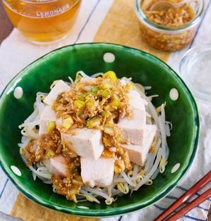 レンジでラクラク♪『蒸し鶏ともやしの中華風♡甘酢ネギごまだれ』