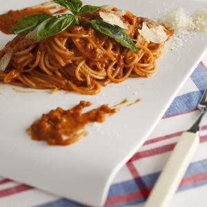 トマト感たっぷり!クリーミーなミートソースのスパゲティ