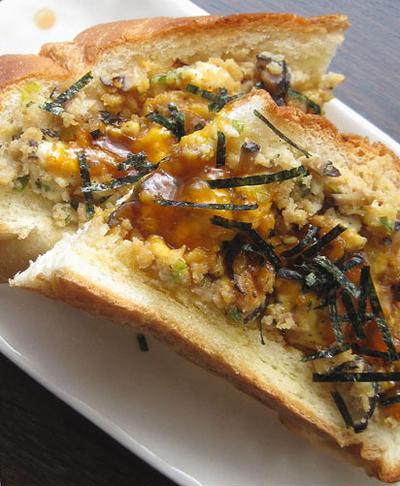 黄身醤油がけ鶏そぼろの和トースト