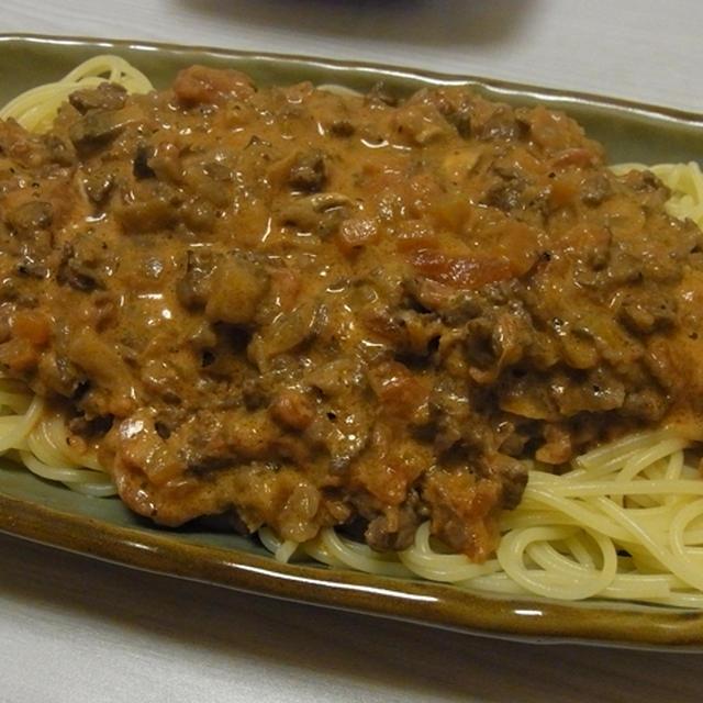 トマトとサワークリームの濃厚ミートラグースパ・味噌風味の鶏ごぼうポテサラ
