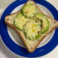 隠し味に、いの一番deアボカドチーズのっけパン