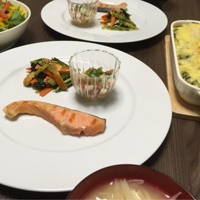 鮭、小松菜と人参の中華風炒めびたし、大根納豆、サラダ、トマトチキンほうれん草グラタン、アボカド