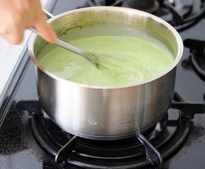 【1】<br>生クリーム、牛乳、砂糖、抹茶パウダー、ゼラチンパウダーを沸騰させないように火にかけ、溶...