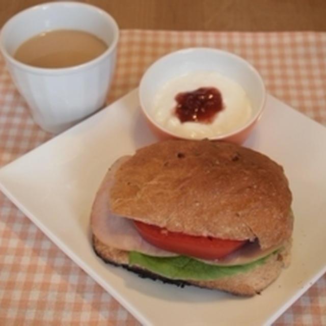 親バカトマトとくるみのパンドミーで朝ごぱん