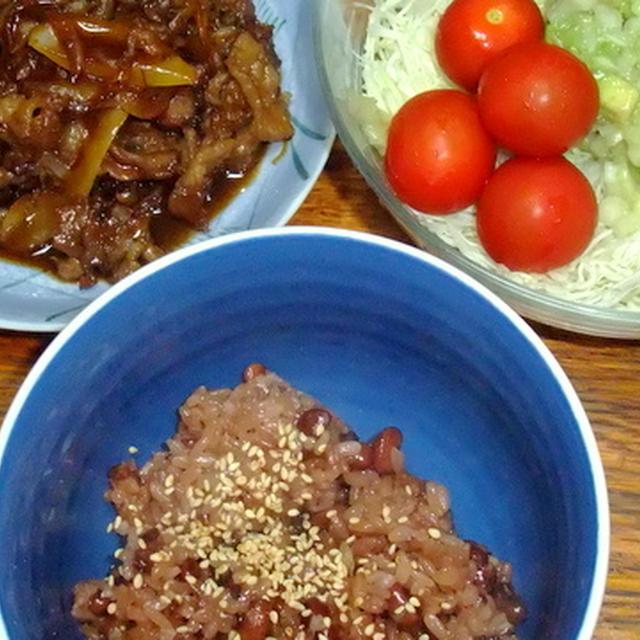 焼き肉とサラダとお赤飯