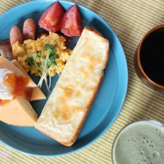 パンケーキとチーズトーストの朝食