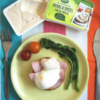 アーラクリームチーズ・ハーブ&スパイスで作る〈ハムと卵のオープンサンド〉