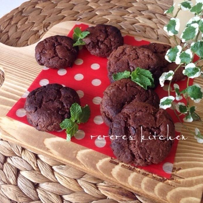 木製ボードに置かれたチョコチップが入ったチョコクッキー