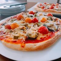 今日のお昼は収穫野菜で夏野菜ピザと懐かしいw