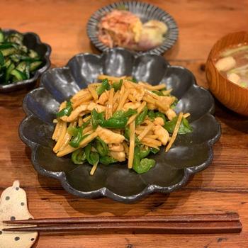 食費月2万の晩御飯の鶏胸肉の青椒肉絲風と娘のプール!