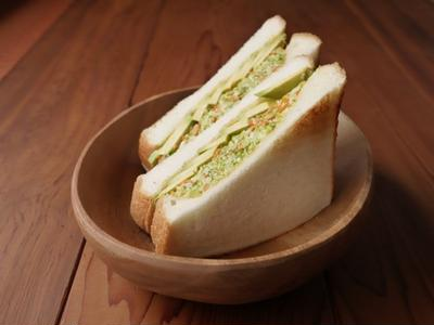 アボカドとコールスローサラダのサンドイッチ
