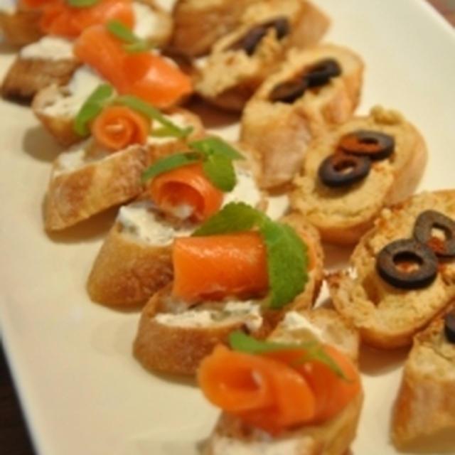 スモークサーモンとハイダーリのブルスケッタ&スパイス香るひよこ豆のペーストのブルスケッタ