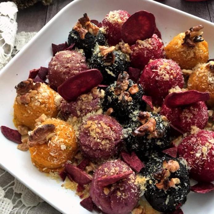 4色のまるい形をしたポテトグラタン、ナッツや紫芋チップがトッピングされている