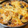 【レシピ】スキレットで焼く「鶏とナスのトマト煮オーブンチーズ焼き」野菜たっぷりで、ひたすら美味い