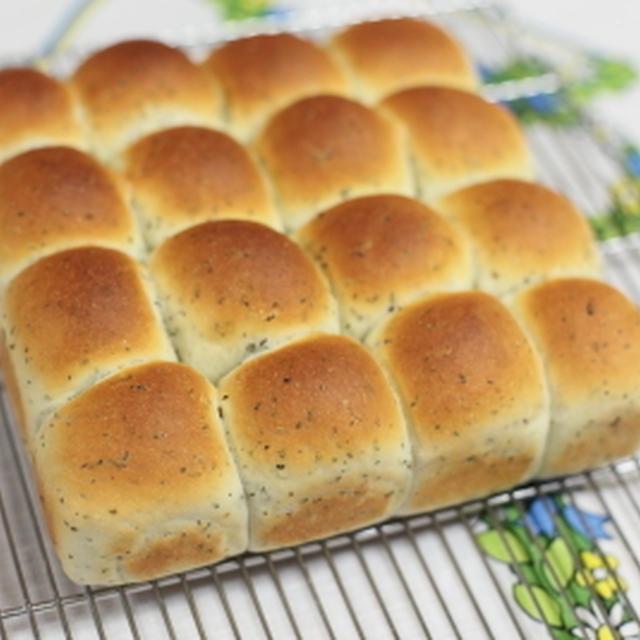 ・テーブルパンに♪バジル入りのちぎりパン