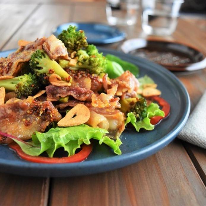 にんにくとマスタードで味付けする豚肉とブロッコリーの炒め物